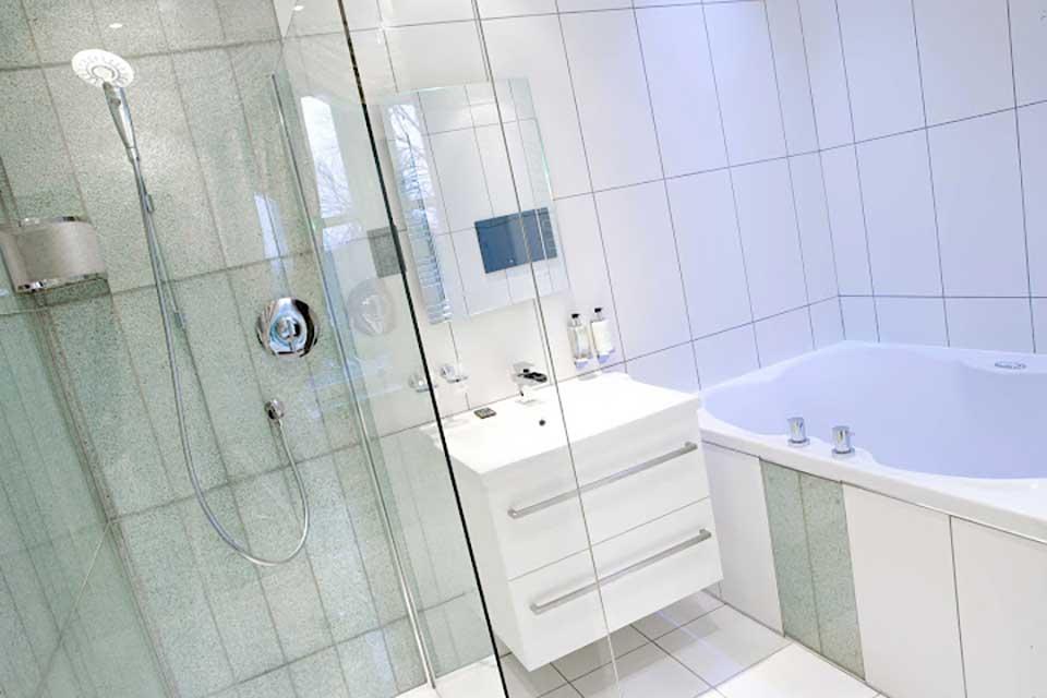 Hotel bath for 2